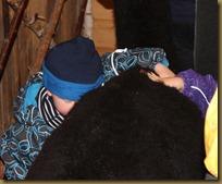 En av mange besøk fra barn som elsker alpakka